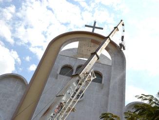 Pintor executa o trabalho de pintura na igreja de São Benedito