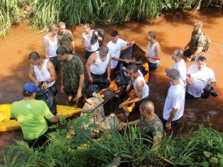 MUTIRÃO DE LIMPEZA — Cerca de 60 voluntários participaram da limpeza do ribeirão São Domingos na manhã do último domingo, 1º
