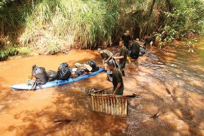 Voluntários percorreram o leito urbano do ribeirão