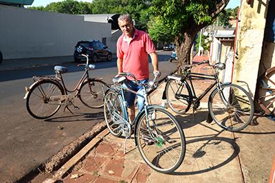 """""""Pernalonga"""" e suas bicicletas antigas, algumas com placas"""