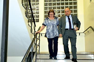 Na noite de quarta, Sueli desce as escadas da delegacia, na companhia do advogado, após depor 12 horas