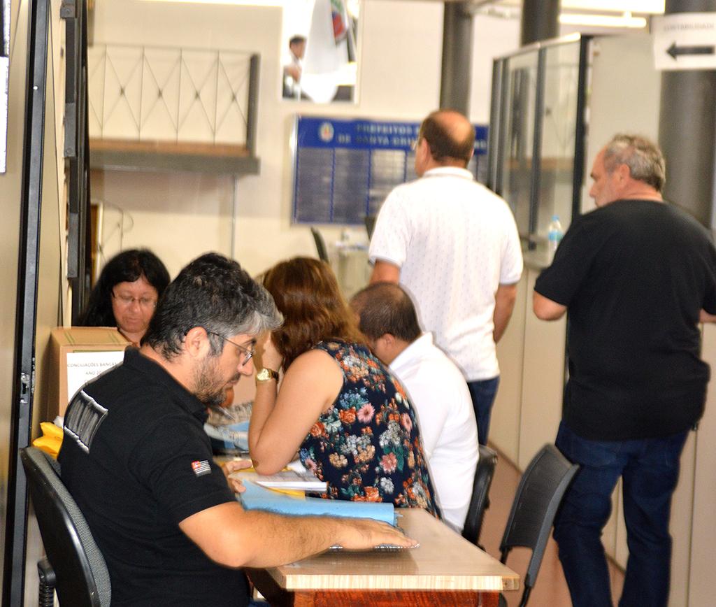 Policiais improvisaram mesas nos corredores da prefeitura para analisarem milhares de documentos