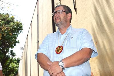 O delegado Mardegan em frente ao prédio da prefeitura de Santa Cruz