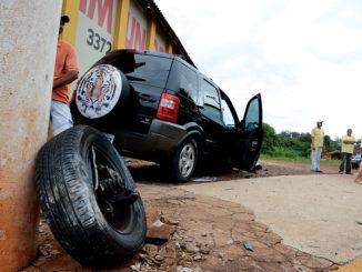 O EcoSport perdeu uma das rodas dianteiras na batida