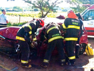 DRAMA — Bombeiros trabalham para retirar vítima presa nas ferragens no Chevrolet Corsa; uma mulher que estava no banco traseiro morreu