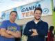 """CONQUISTA — O prefeito Sérgio Guidio (à direita) e o secretário Fernando, na frente do prédio do 'Ganha Tempo"""""""