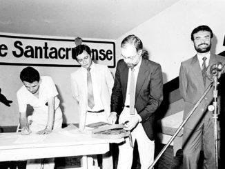 Em foto de 1989, Gersino Donizeti está à direita do juiz Antônio Magdalena, no ginásio de esportes de Santa Cruz