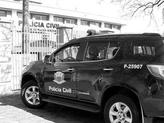 Momento da chegada do casal à Central de Polícia Judiciária, antes da dupla ser encaminhada à cadeia da região