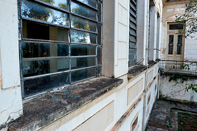 ABANDONO — Janelas do prédio estão sujas e com os vidros quebrados