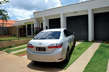 Carro do prefeito, na frente da residência particular dele