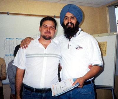 Fabiano ao lado do professor canadense Tonu Sodhi, um dos responsáveis pela viabilização do projeto