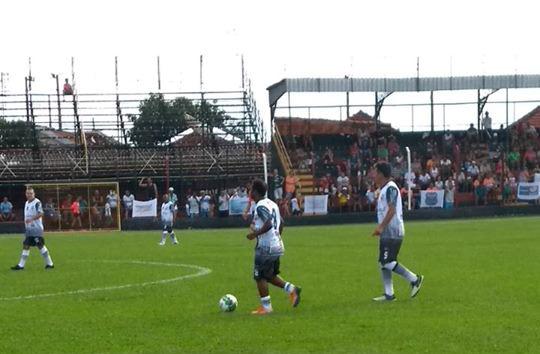 Edilson carrega a bola no meio de campo