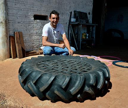 """Borracheiro construiu um """"pula pula"""" com pneu"""