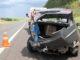 O carro em que pai e filha viajavam ficou totalmente destruído após rodopiar e bater várias vezes