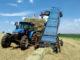 Máquina foi construída praticamente pelo agricultor e funciona acoplada a um trator