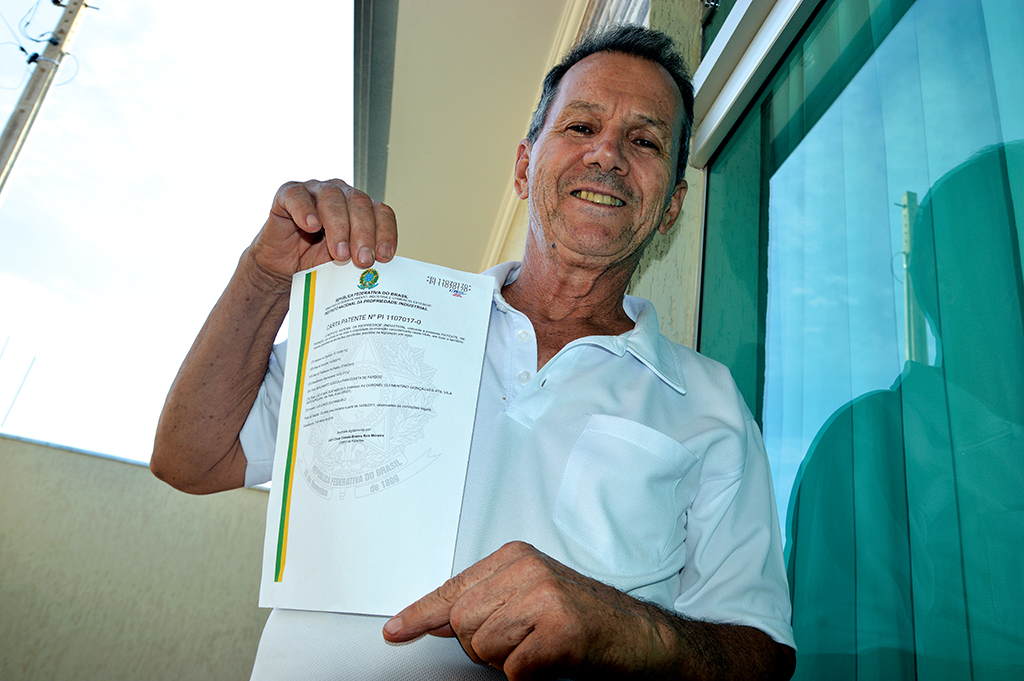 Luiz Ataíde Scatamburlo mostra a patente da máquina que inventou