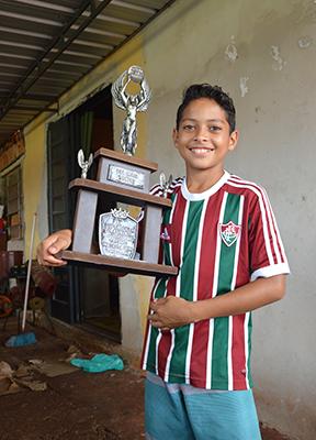 Cristian mostra troféu do gol mais bonito num torneio de Piratininga