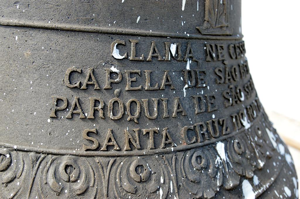 O sino e suas inscrições, uma delas, em latim que significa: 'Fala, não te cales'
