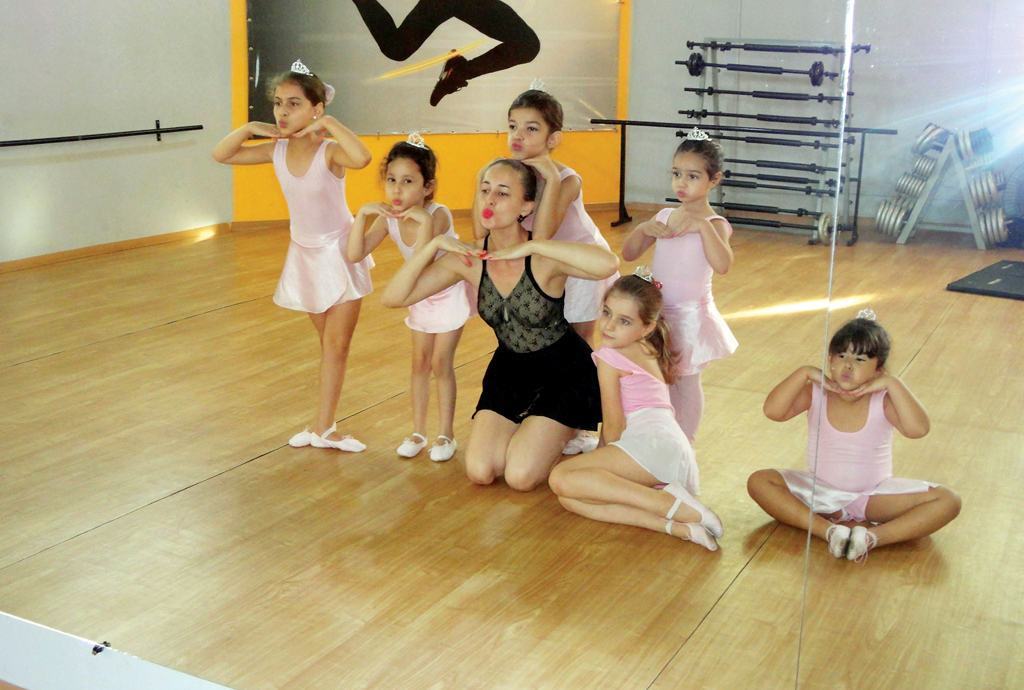 Bailarina de Santa Cruz do Rio Pardo quer ensinar dança às crianças de Uganda